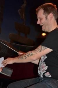 gerben lacht met tattoo