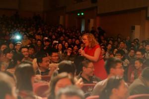 Caroline zingt in volle zaal